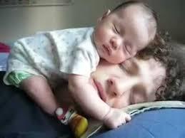 Niño durmiendo con padres